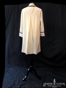Delphine Manivet - Manteau mi long en laine ivoire, bordé d'un double biais noir