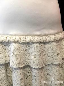 Delphine Manivet - Robe courte en satin de soie ivoire et dentelle (bretelles décolleté-V dos-nu fluide)