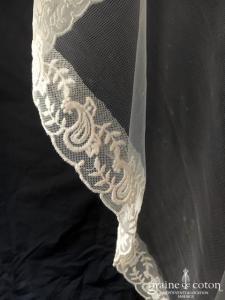 Création - Voile long de 2 mètres en voile souple ivoire bordé de dentelle de coton