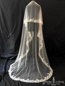 Carrière - Voile long de 2,20 mètres en tulle ivoire bordé de dentelle de Chantilly