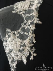 Boléro en tulle bordé de dentelle et perles, fils argentés