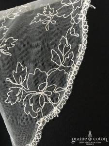 Boléro en tulle brodé ivoire manches courtes motifs fleurs et feuilles
