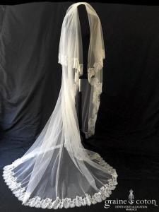 Voile long de 2,50 mètres en tulle souple ivoire bordé de fine dentelle