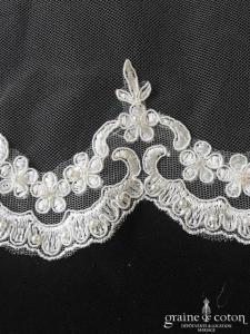 Voile long de 2,40 mètres en tulle souple ivoire bordé de broderie perlée