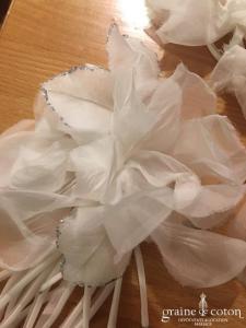 Fleur en organza de soie ivoire à coudre ou à monter sur peigne