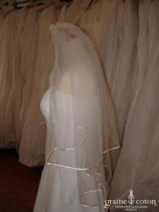 Voile ivoire bordé d'un fin biais de satin