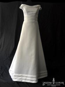 Margarett - Robe encolure bateau en satin duchesse ivoire clair (A-line taille-haute bretelles manches)