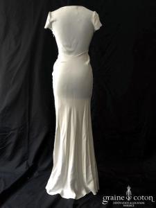 Galliano - Création en crêpe de satin de soie fluide ivoire (droite fendue manches bretelles fourreau sirène décolleté-V)