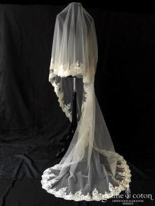 Création - Voile long de 2,5 mètres en tulle fluide ivoire clair bordé de dentelle