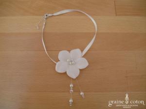 Au fil perlé - Ras du cou (collier) en satin blanc avec fleur