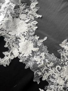 Bianco Evento - Voile simple long de 280 cm en soft tulle ivoire bordé d'une dentelle brodée et perlée (S307)