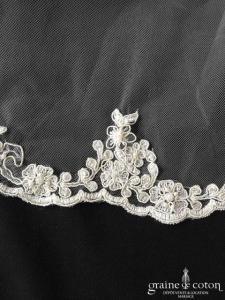 Création - Voile long de 2,80 mètres en tulle ivoire bordé de dentelle perlée