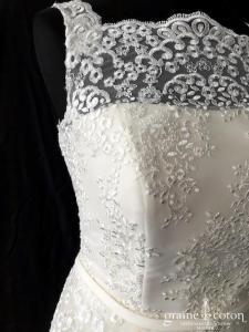 Elisabeth passion pour Clara Couture - Robe mi longue en dentelle brodée (courte bretelle guipure taille-haute dos boutonné rosée)