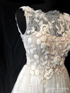 Pronovias - Eitana (dentelle perles bretelles nude champagne dos-nu taille-haute princesse bohème fluide)
