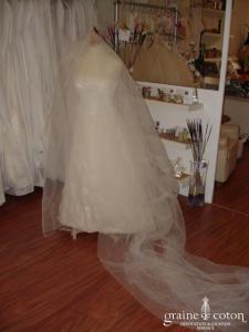 Mariées de Paris - Voile ivoire de plus de 3 mètres avec petites perles cousues.