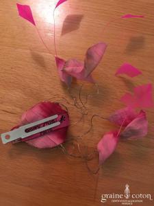 Cherry Chau - Pince avec pétales de roses en tissu et plumes