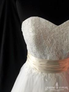 Lilly - Création bustier en dentelle et tulle ivoire (princesse fluide coeur taille-haute dos boutonné noeud sequins)