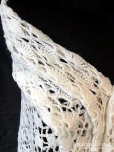 Création - Châle triangulaire en laine ajouré ivoire clair fait main