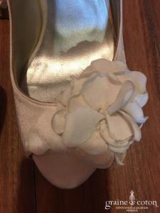 Pura Lopez - Escarpins (chaussures) en soie avec grosse fleur ivoire