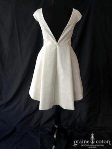 Les merveilleuses - Robe courte en dentelle ivoire (manches dos-nu taille-haute patineuse décolleté-V)