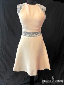 Création - Robe courte rose poudrée en crêpe et dentelle (bretelles dos-nu décolleté-V taille-haute patineuse)