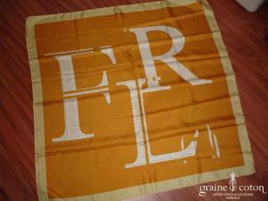Furla - Foulard en soie jaune orangé