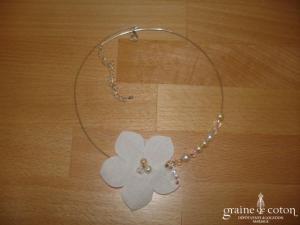 Au fil perlé - Tour de cou métal à fleur strassée