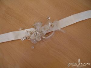 Tour de cou en soie ivoire, avec fleurs en pâte de verre