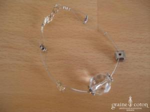 Bracelet avec perles transparentes sur fil câblé