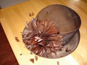 John Lewis - Chapeau chocolat en soie avec plumes