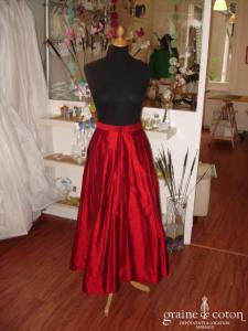 Création - Jupe longue en soie sauvage rouge (non stocké en boutique, essayage sur demande)